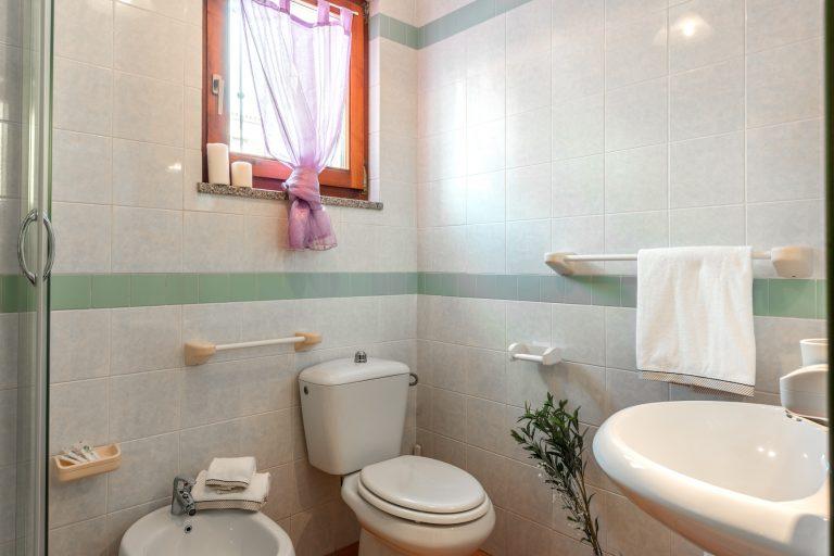 Mono bathroom 2